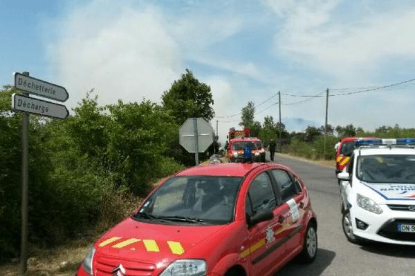 Une épaisse fumée se dégage du site
