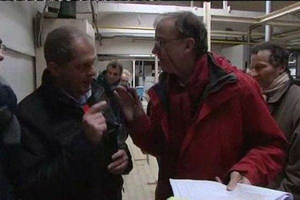 Le commissaire priseur (à droite) en discussion avec Franck Merouze (à gauche), le secrétaire de l'Union Locale de la CGT.