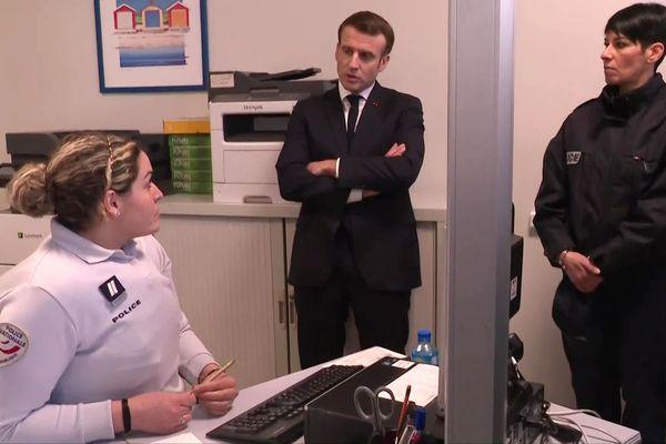 Emmanuel Macron en visite au commissariat de Bourtzwiller pour rencontrer les policiers