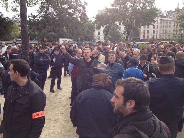 """manifestation de l'extrême droite devant Notre Dame pour protester contre le """"racisme anti-blanc"""""""