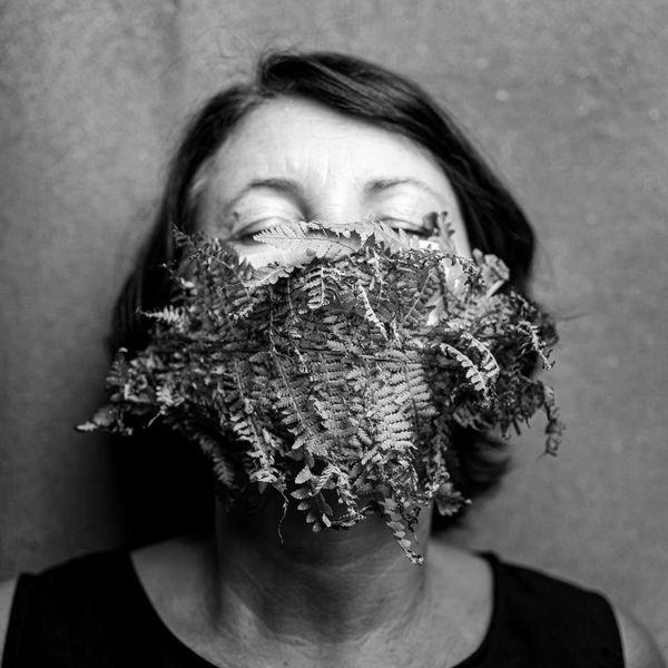 """Pour cette femme cachée sous un masque végétal : """"ne masquez pas votre vraie nature mais protégez la vie et l'environnement !"""""""