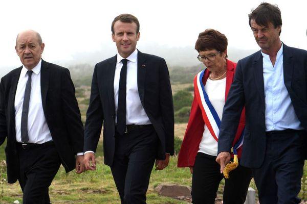Emmanuel Macron en visite au Cap Fréhel dans les Côtes d'Armor ce mercredi 20 juin, accompagné de deux ministres bretons, Jean-Yves Le Drian, ministre de l'Europe et des Affaires étrangères (à gauche) et de Nicolas Hulot, ministre de la transition écologique et solidaire. Habillée d'une veste rouge, Claudine Belliard, la maire de Plévenon.
