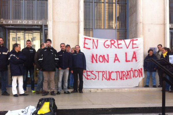 Les postiers lyonnais en grève - Rassemblement devant la poste centrale, place Poncet (Lyon 2e) - 26/10/15
