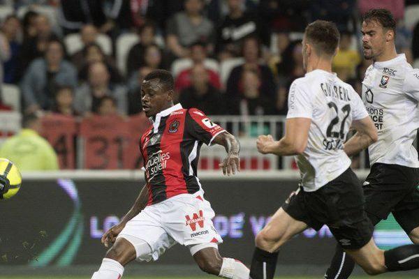 Le joueur ivoirien, Jean Michaël Seri (G), marque un but malgré la défense caennaise.  37ème journée de Ligue 1, le 12 mai 2018 au stade Allianz Riviera à Nice.