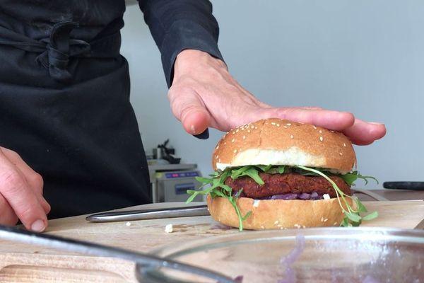 Mixés dans le steak, les insectes sont invisibles dans le burger.