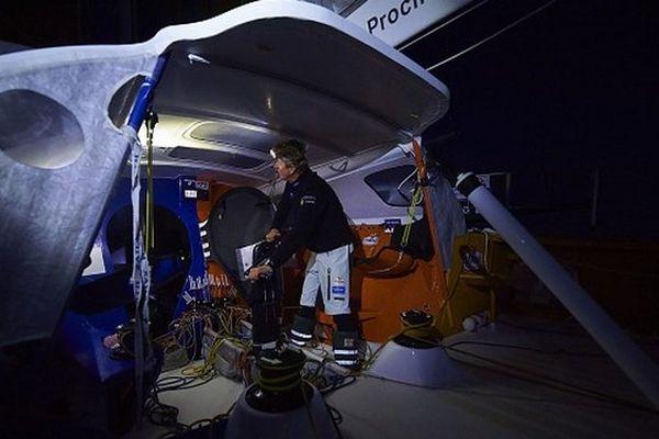 La nuit a été intense pour Jean-Pierre qui n'a cessé de manœuvrer sur le pont pour négocier les différents passages de grains.