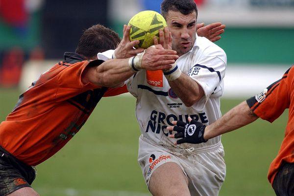 """Philippe Escalle, dit """"Escallou""""  et un essai tout en puissance en 2003 pour l'ASBH contre Narbonne."""