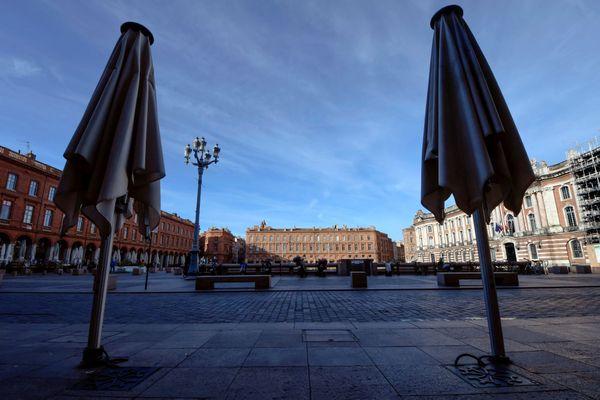 La place du Capitole à Toulouse vidée de ses passants.