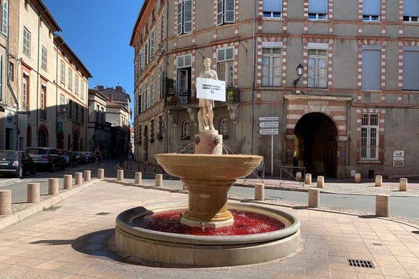 L'eau de la fontaine, Place Sainte-Scarbes, à Toulouse a été teintée de rouge par le groupuscule d'extrême-droite Génération Identitaire.