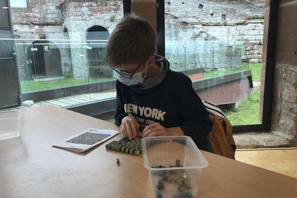 Un enfant réalise une fresque en Lego au milieu du presque millénaire château de Lichtenberg...