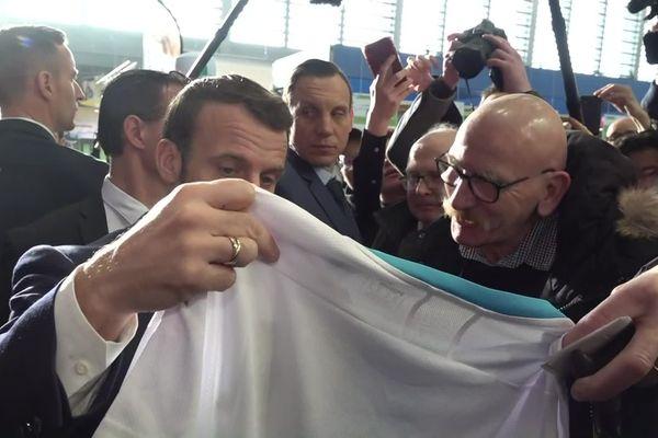 Un an après avoir rencontré Emmanuel Macron, le retraité a offert un maillot de l'OM.