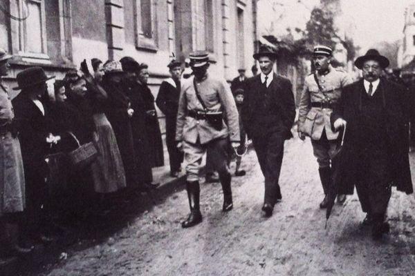 Seznec conduit entre deux gendarmes au Palais de Justice de Quimper.