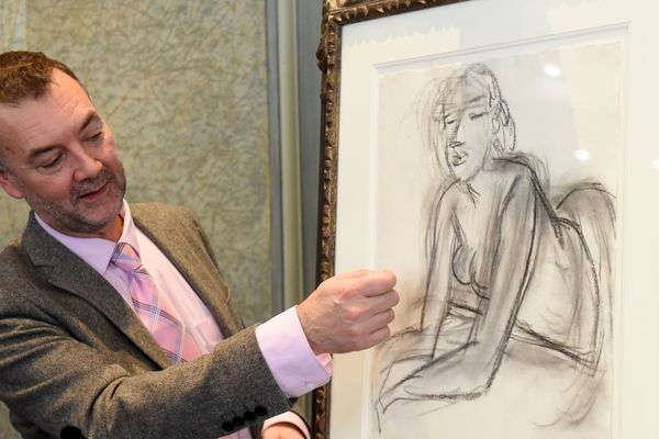 """Patrice Deparpe, le directeur du musée Matisse, présente """"La femme accoudée"""", le 25 octobre 2019 à la préfecture de Lille."""