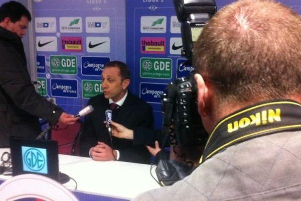 Xavier Gravelaine en conférence de presse au stade d'Ornano à Caen le vendredi 9 mai 2014