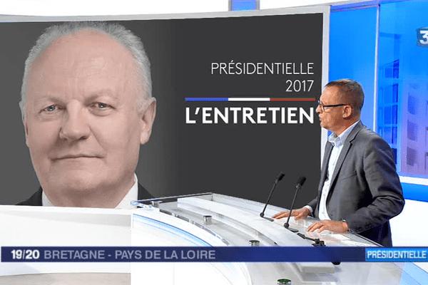 Alain Parisot, le délégué régional UPR Pays de la Loire - Bretagne, porte le programme de François Asselineau du 19/20 - 15 avril 2017