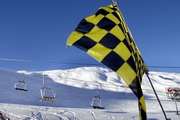 Photo d'illustration - La Toussuire : un drapeau à damiers jaune et noir indiquant un risque d'avalanche de niveau 3 et 4
