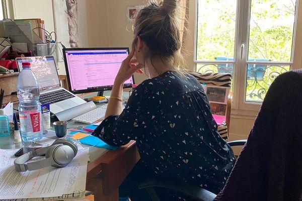 Emmanuelle est manager SEO. Depuis le confinement, elle travaille chez elle.