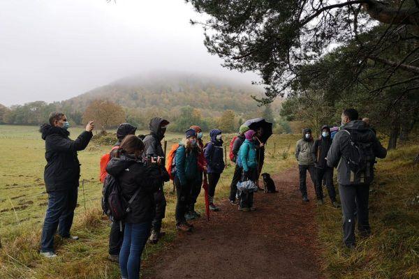 Seize stagiaires accompagnateurs en montagne suivent actuellement une unité de formation dans le parc naturel des volcans d'Auvergne, dans le Puy-de-Dôme.
