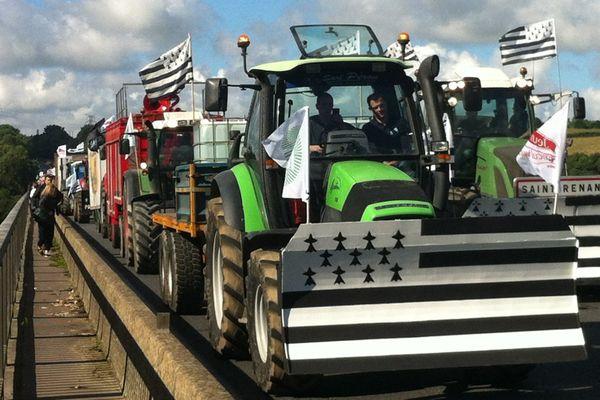 Sur le pont de Morlaix, les tracteurs en route pour Paris