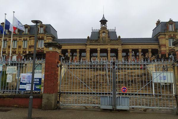 Dans l'Aisne, l'Oise et la Somme, plus de 475 000 élèves et étudiants sont concernés par la fermeture de tous les établissements scolaires.
