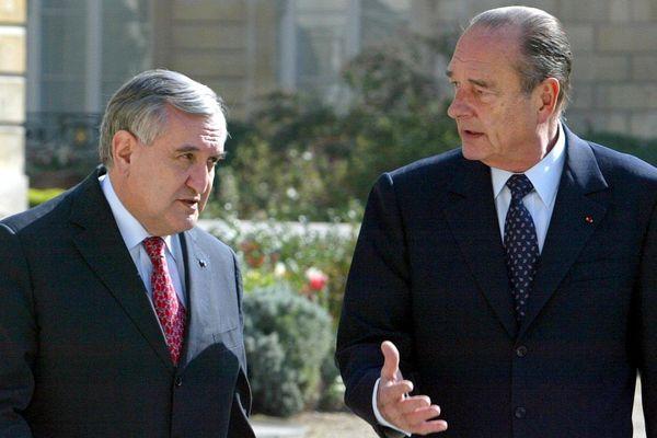jacques Chirac et jean-Pierre Raffarin en 2004 au Palais de l'Elysée.