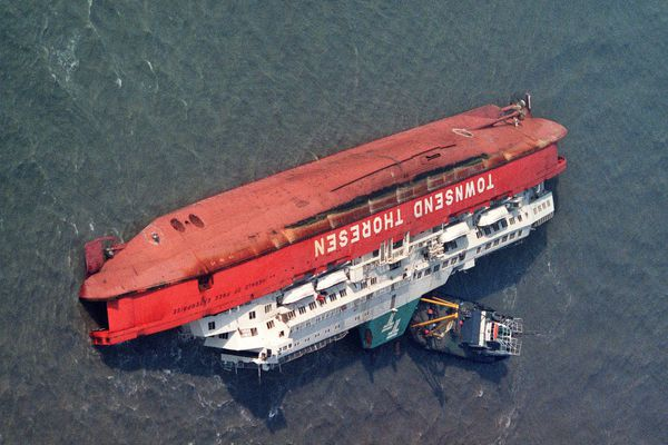 """Naufrage du ferry """"Herald of free enterprise"""" à Zeebruges. Le bateau en mer couché sur le flanc."""
