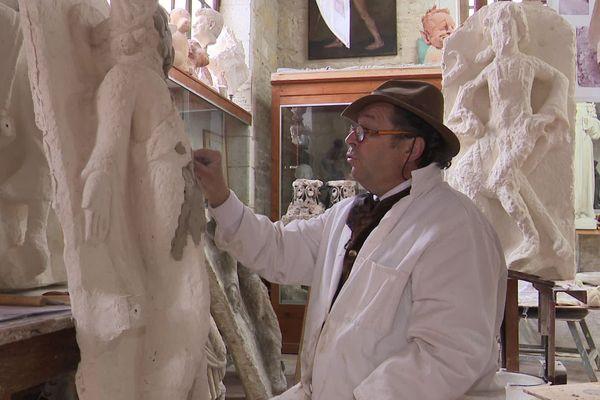 Certaines statues de la cathédrale d'Angoulême, trop abîmées, sont refaites à l'identique dans les ateliers du sculpteur charentais Marc Deligny.