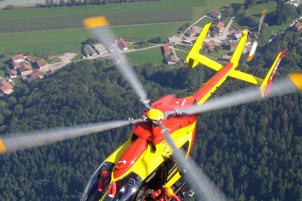 Un hélicoptère de la sécurité civile en plein survol.