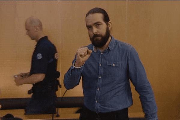 Provocateur, Sylvain Jouanneau fait son entrée dans la salle d'audience le poing levé ce mardi matin