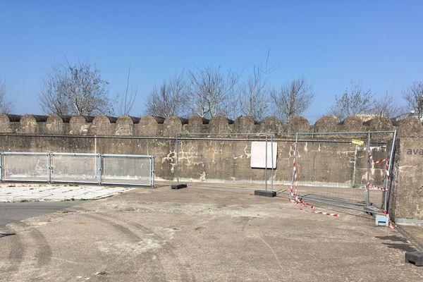 Sur le toit de la base émergent depuis 2009 les têtes des 107 trembles imaginés par Gilles Clément