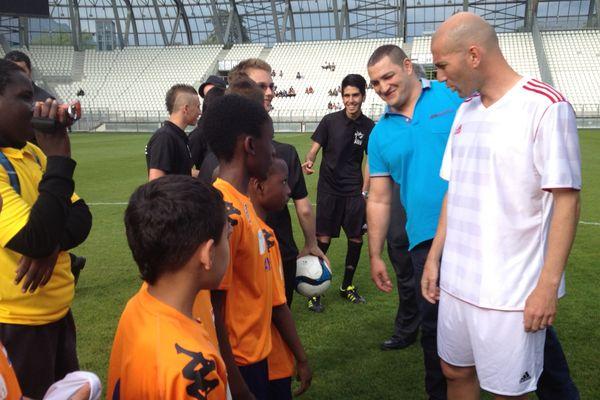 Zinédine Zidane à la rencontre de jeunes footballeurs grneoblois, avant le match caritatif de mercredi 5 juin au Stade des Alpes.