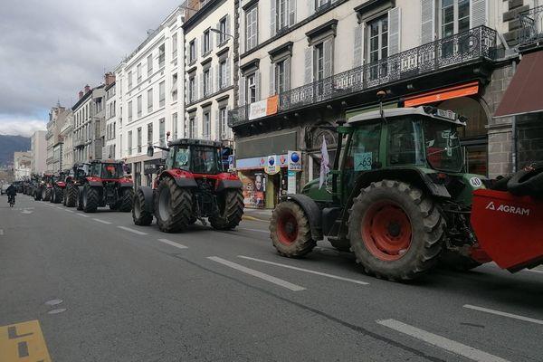Une file de tracteurs s'est formée rue Blatin à Clermont-Ferrand.