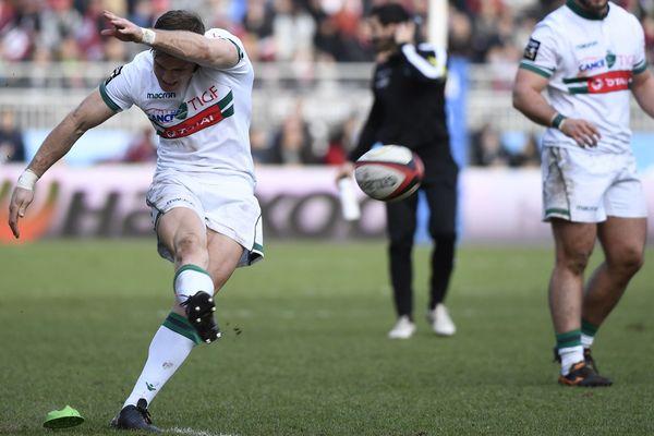 Le Palois Colin Slade tape un pénalty durant le match le LOU à Lyon le 31 décembre 2017.