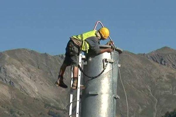 Des ouvriers hyperspécialisés travaillent sur la construction du télésiège d'Allos et ils n'ont pas le vertige.