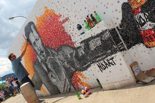 Nicolas Thollot-Arsac, co-inventeur du beerpainting, en train de réaliser une fresque à Turckheim (Haut-Rhin) en 2019.