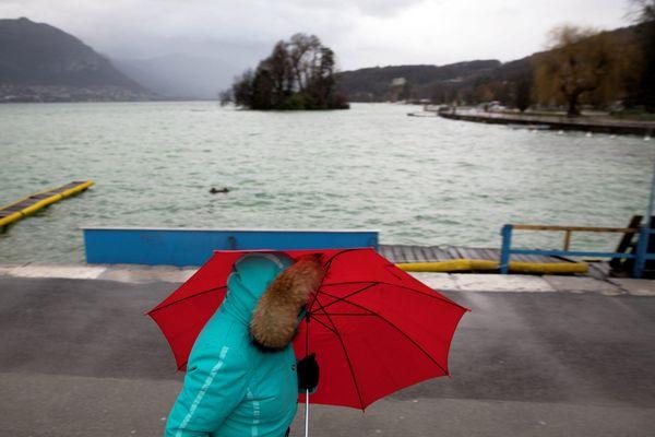 -Photo d'illustration - Mauvais temps sur les bords du lac d'Annecy en Haute-Savoie