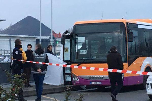 La victime a été tuée alors qu'elle descendait de ce bus, dans la zone commerciale de Noyelles-Godault.