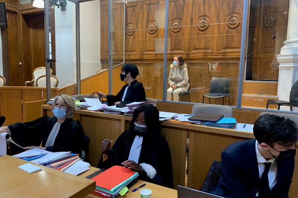 Catarina Castro dans le box des accusés lors de son procès devant la cour d'assises du Gard - 9 avril 2021