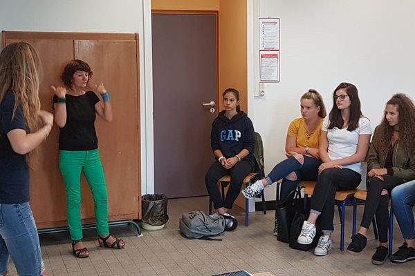 Au lycée Madame de Staël à Montluçon, les élèves peuvent prendre des cours de langage des signes.