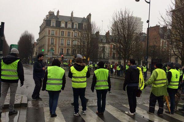 Des gilets jaunes forment un cercle au niveau d'un carrefour en centre ville de Rennes