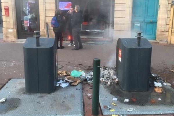 Le feu a été mis à des poubelles, Boulevard Lascrosses.