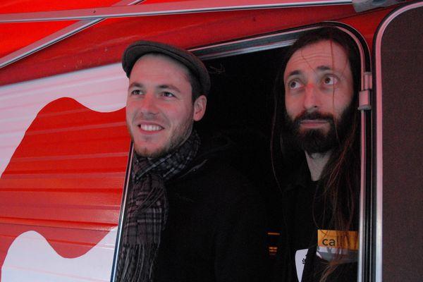 Thomas et Jérôme chez eux dans la caravane ensorcelée.