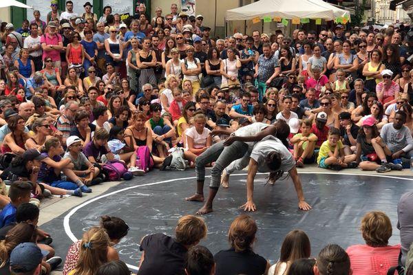 """Le public assiste à la représentation de la compagnie de danse """"À part être"""", place Saint-Vincent à Chalon-sur-Saône."""