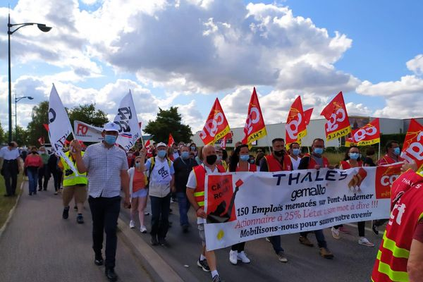 Elus et employés du site Thalès à Pont-Audemer sont venus protester contre la suppression de 150 emplois. Ils défendent la réindustrialisation du site.