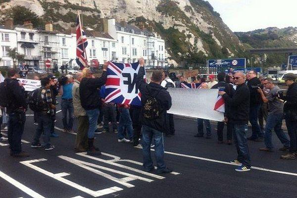 Le port de Douvres bloqué par  des militants d'extrême droite qui affirment défendre les chauffeurs routiers britanniques face à l'immigration clandestine