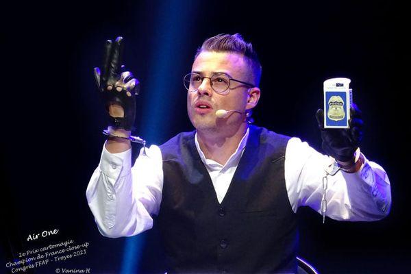 Erwan Markiewicz, en pleine représentation, a remporté le titre de champion de France de magie, catégorie close up