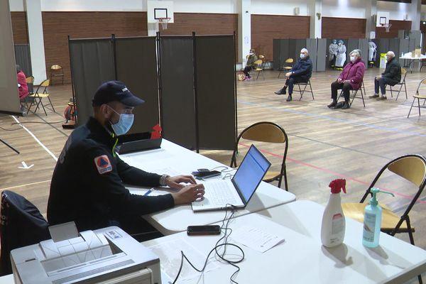 Les tests antigéniques délivrent un résultat en une quinzaine de minutes : les habitants d'Alzonne peuvent donc attendre sur place. février 2021.