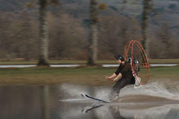 Dans leur dernière vidéo, les membres de MadCow, ont testé le ski nautique avec un paramoteur dans un pré inondé dans le Cantal.