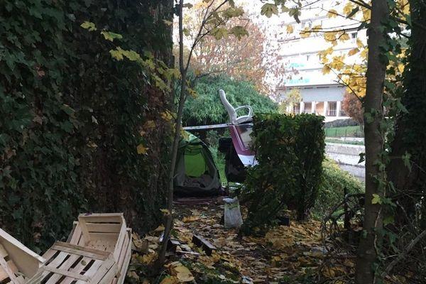 Tente sur les berges de la Vilaine rue Dupont des Loges à Rennes