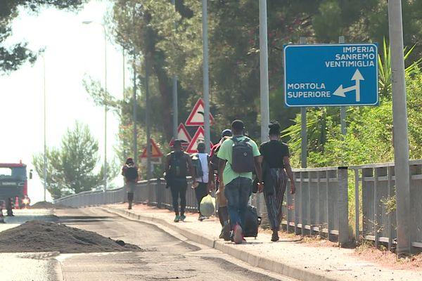 Des migrants contraints de regagner l'Italie à pied.
